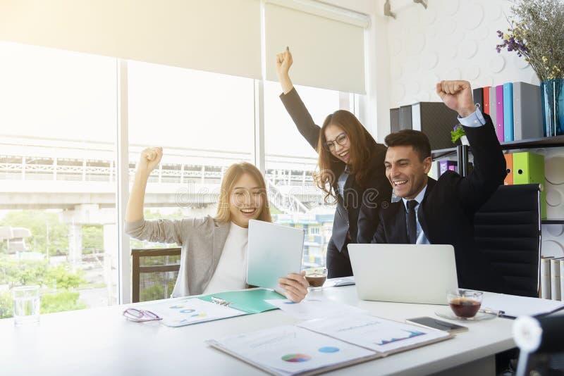 Il gruppo di gente di affari ha sollevato la mano su con felicità nell'ufficio della sala riunioni Affare di successo e concetto  immagine stock libera da diritti