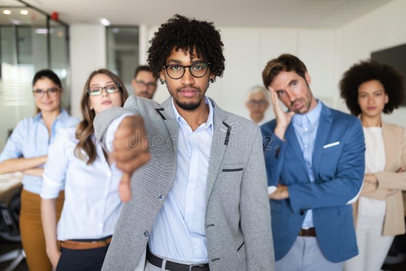 Il gruppo di gente di affari infruttuosa e di società male diretta conduce ad infelicità fotografia stock libera da diritti