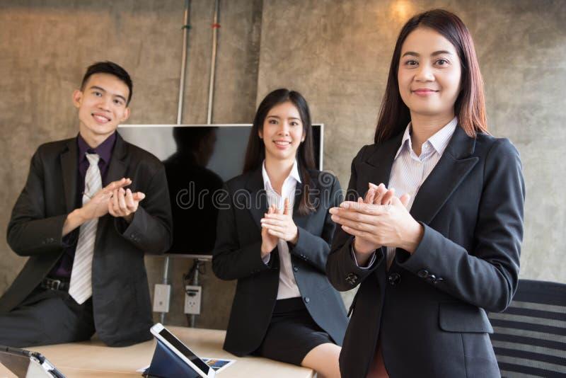Il gruppo di gente asiatica sta applaudendo fotografie stock libere da diritti