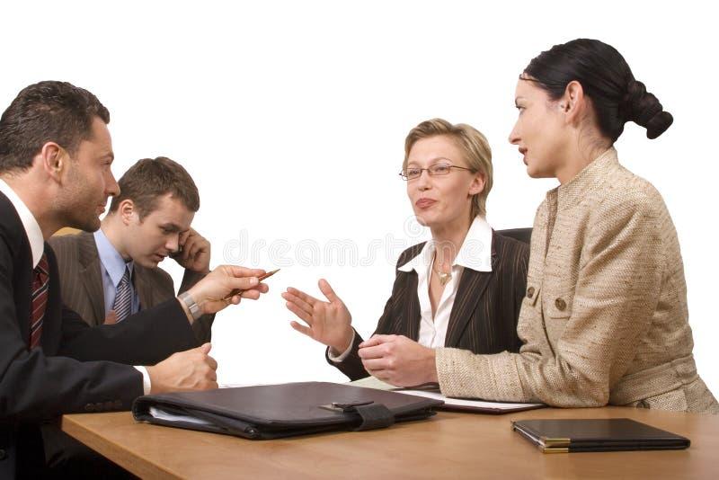 Il gruppo di gente di affari, negozia allo scrittorio fotografia stock libera da diritti