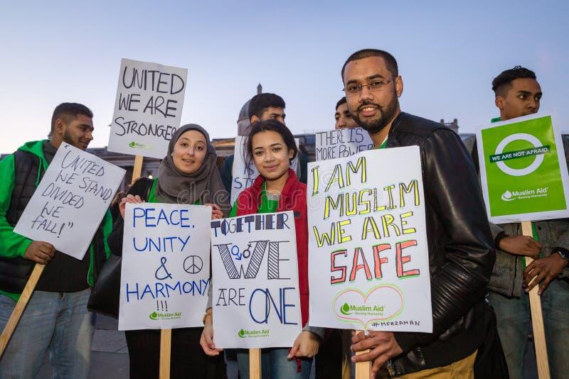 Il gruppo di giovane tenuta dei musulmani firma in Trafalgar Square immagine stock libera da diritti