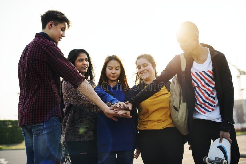 Il gruppo di mani degli amici ha impilato insieme il concetto di lavoro di squadra e di sostegno fotografia stock libera da diritti
