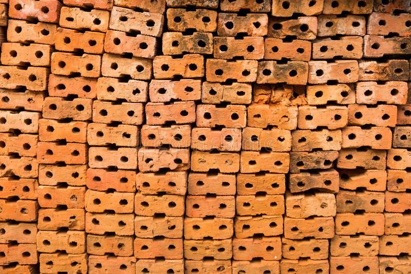Il gruppo di mattoni marroni è impilato per preparare le costruzioni della costruzione fotografia stock libera da diritti