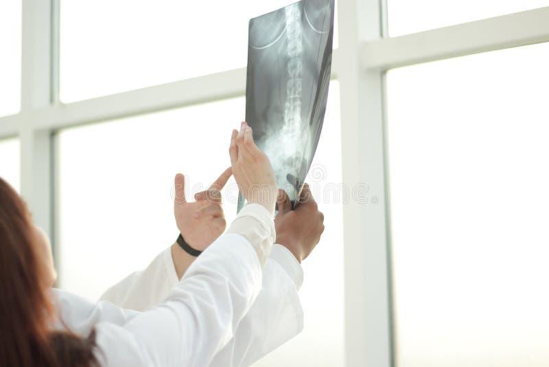 Il gruppo di medici sta discutendo i raggi x del paziente fotografie stock