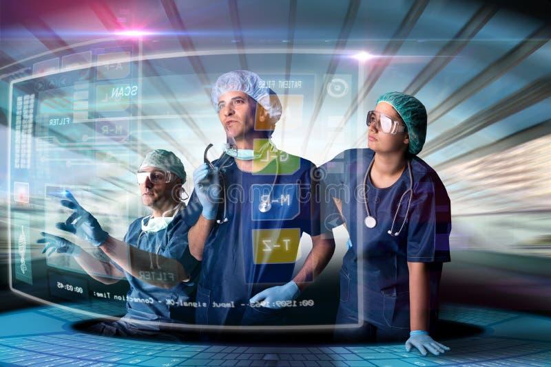 Il gruppo di medico con gli schermi fotografie stock libere da diritti