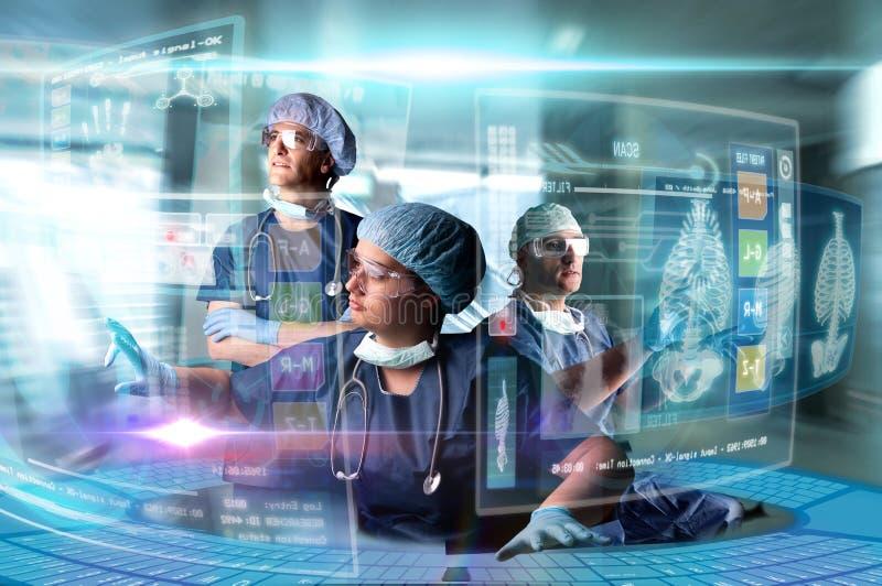 Il gruppo di medico con gli schermi immagine stock