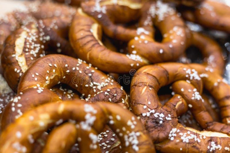 Il gruppo di Oktoberfest ha salato le ciambelline salate bavaresi molli immagine stock