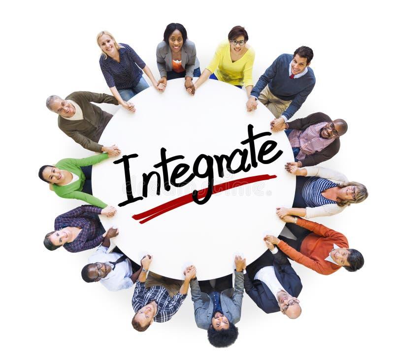 Il gruppo di persone che si tengono per mano intorno alla lettera integra immagini stock