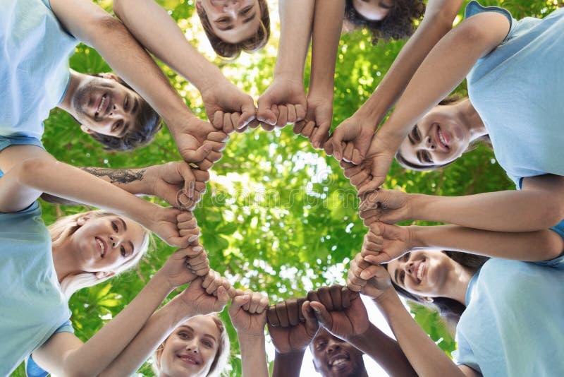 Il gruppo di persone l'urto del pugno monta insieme immagini stock libere da diritti