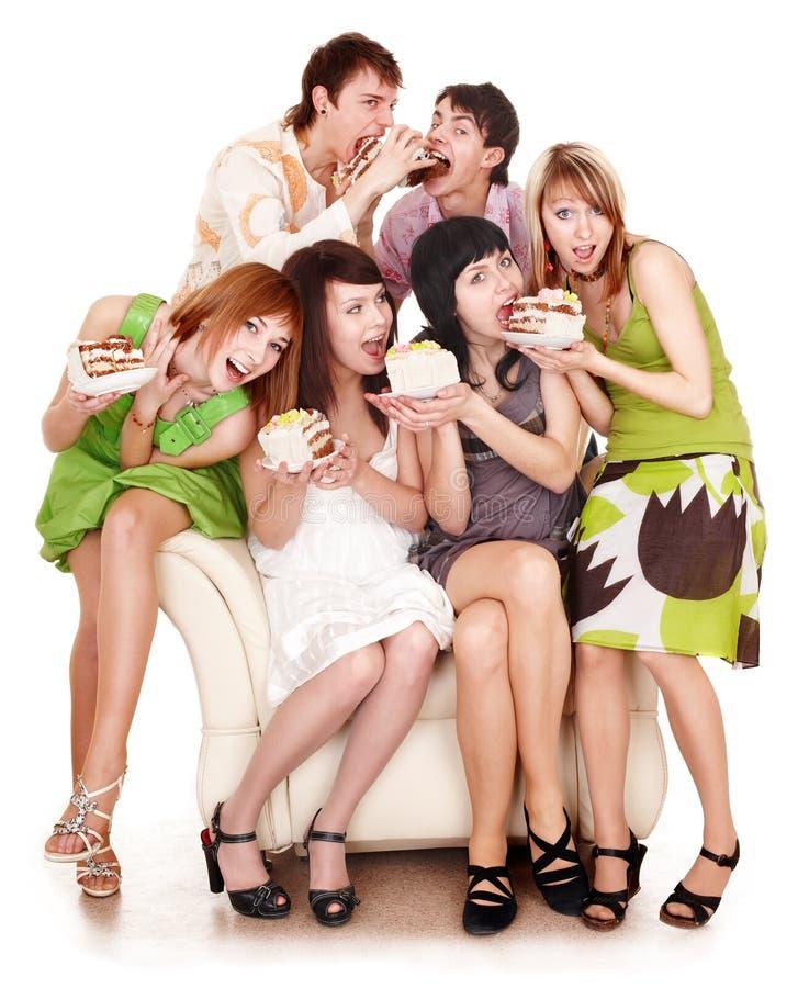 Il gruppo di persone mangia la torta. fotografia stock