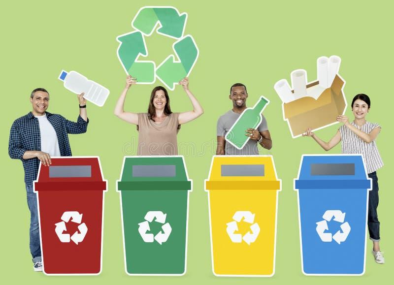 Il gruppo di persone tenuta ricicla le icone illustrazione di stock