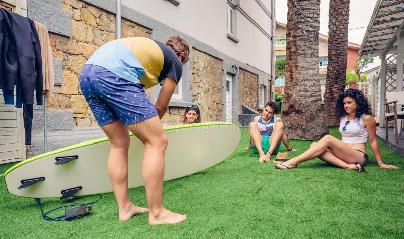 Il gruppo di persone in una spuma dell'estate classifica fotografie stock libere da diritti
