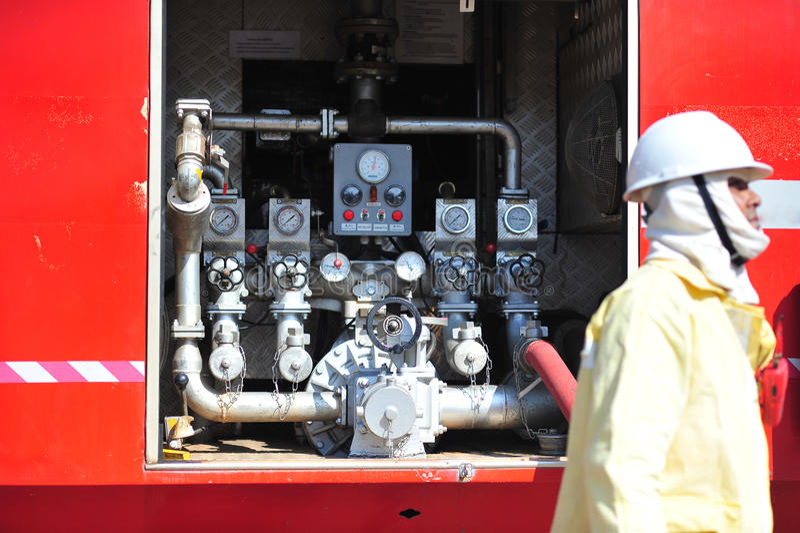 il gruppo di pompieri che l'uomo è inietta lo spruzzo l'acqua per infornare il CRNA immagine stock libera da diritti