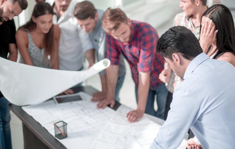 Il gruppo di progettisti sta esaminando un nuovo progetto creativo immagini stock