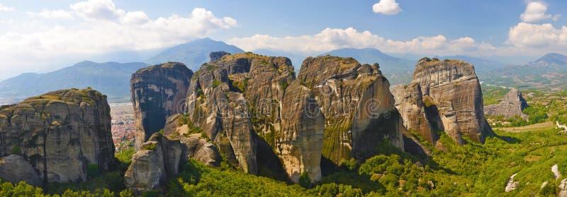 Il gruppo di rocce enormi si avvicina alla città di Kalambaka fotografie stock