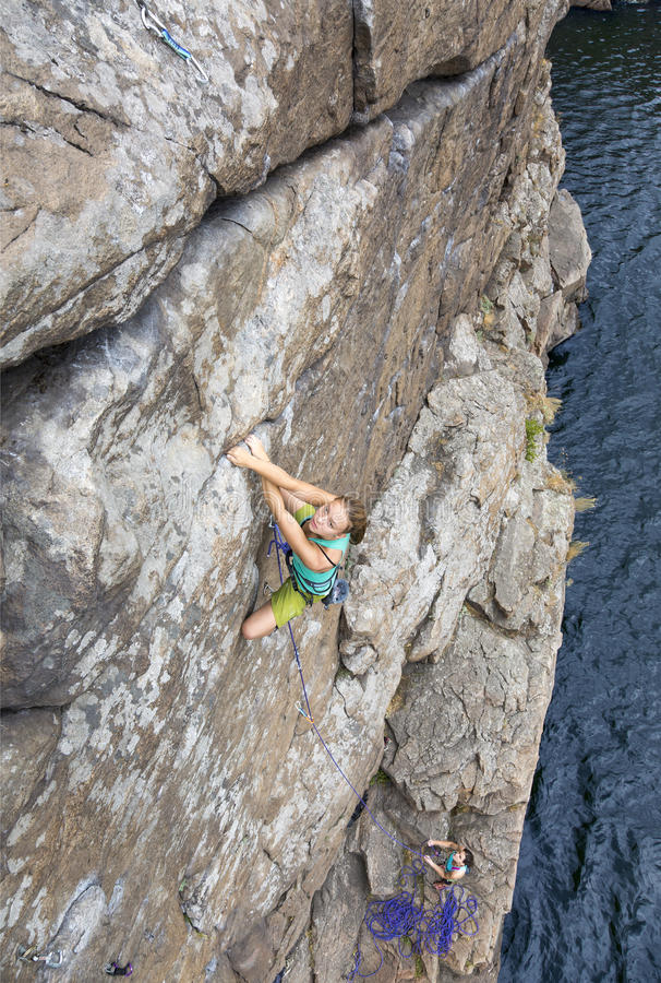 Il gruppo di scalatori femminili fa ed ascesa sopra fotografia stock