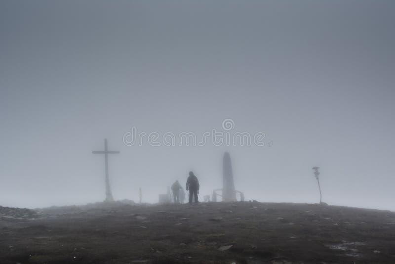 Il gruppo di scalatori ha raggiunto la cima della montagna fotografie stock