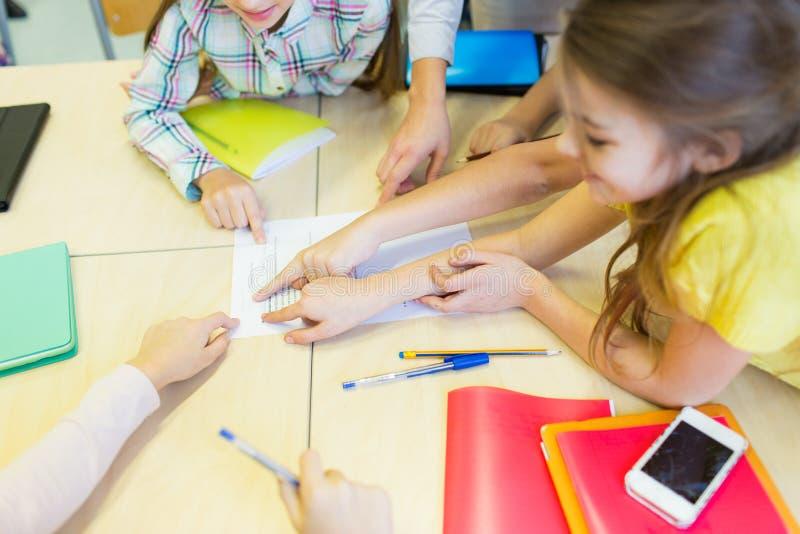 Il gruppo di scuola scherza indicare le dita la prova fotografie stock libere da diritti