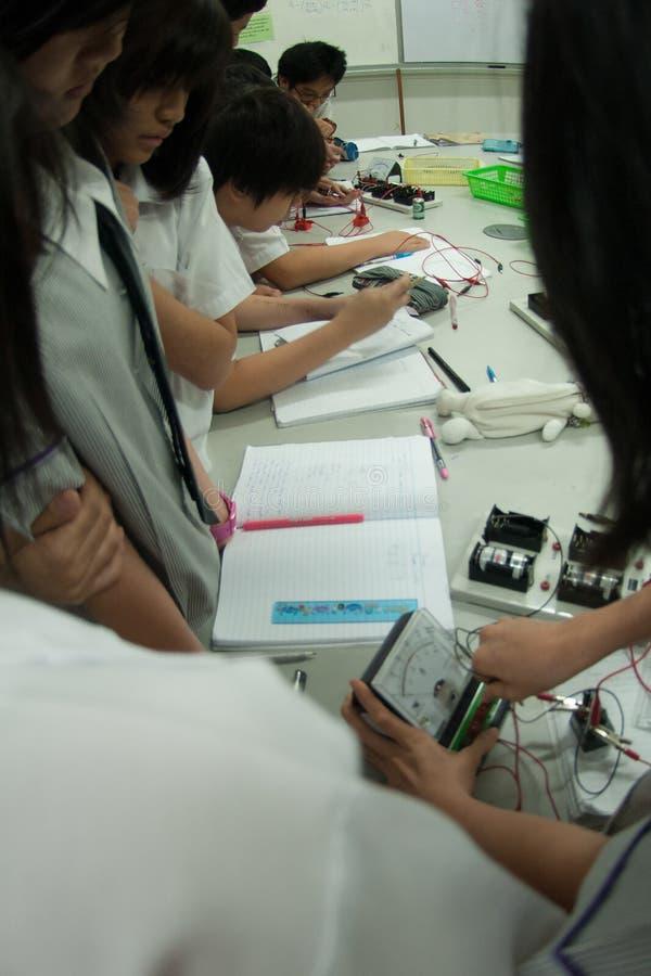Il gruppo di studenti elementari asiatici sta imparando circa l'elettricità in aula fotografie stock libere da diritti