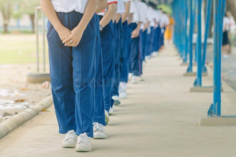 Il gruppo di studenti prova a meditare per la pace dello spirito dalla passeggiata con il monaco buddista immagini stock libere da diritti