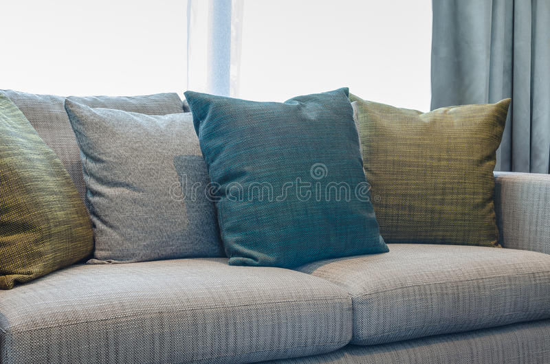 Download Il Gruppo Di Tessuto Appoggia Sul Sofà Del Tessuto In Salone Fotografia Stock - Immagine di cuscino, dell: 55363816
