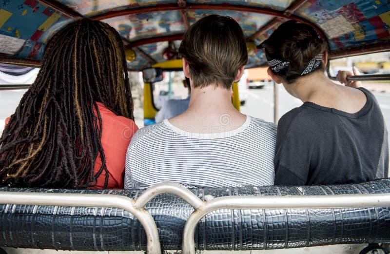 Il gruppo di turisti gode dell'azionamento indigeno del taxi del tuk del tuk fotografia stock libera da diritti