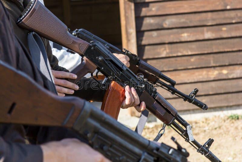 Il gruppo di uomini prepara il loro le pistole infornare fotografia stock libera da diritti