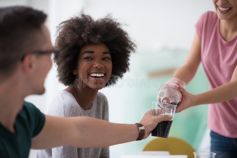 Il gruppo multietnico di giovani ha un intervallo di pranzo immagine stock libera da diritti