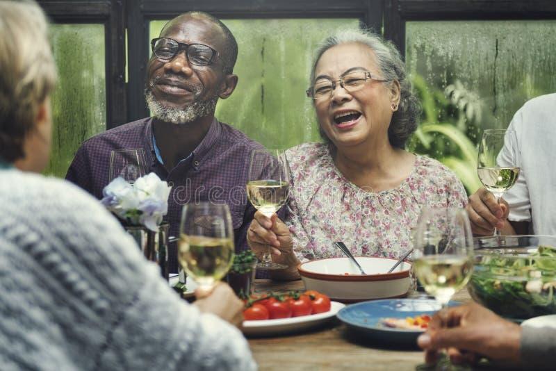 Il gruppo senior si rilassa il concetto di Dinning di stile di vita fotografie stock libere da diritti
