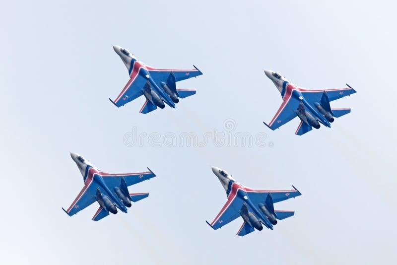 Il gruppo SU-27 durante il volo immagini stock