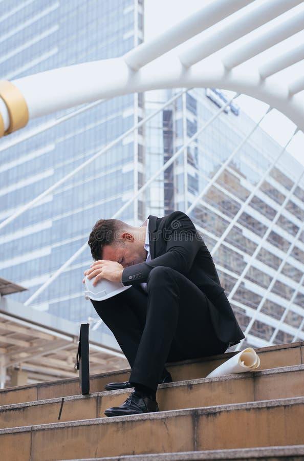 Il guasto frustrato sollecitato e stanco di sensibilità dell'uomo d'affari ha esaurito la curvatura giù la testa fotografia stock