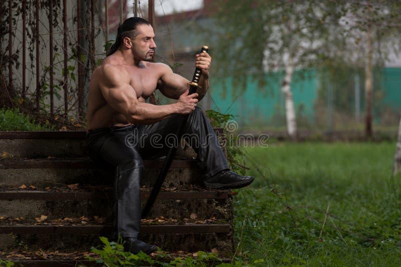 Il guerriero sta pregando per nessuna lotta della spada fotografia stock
