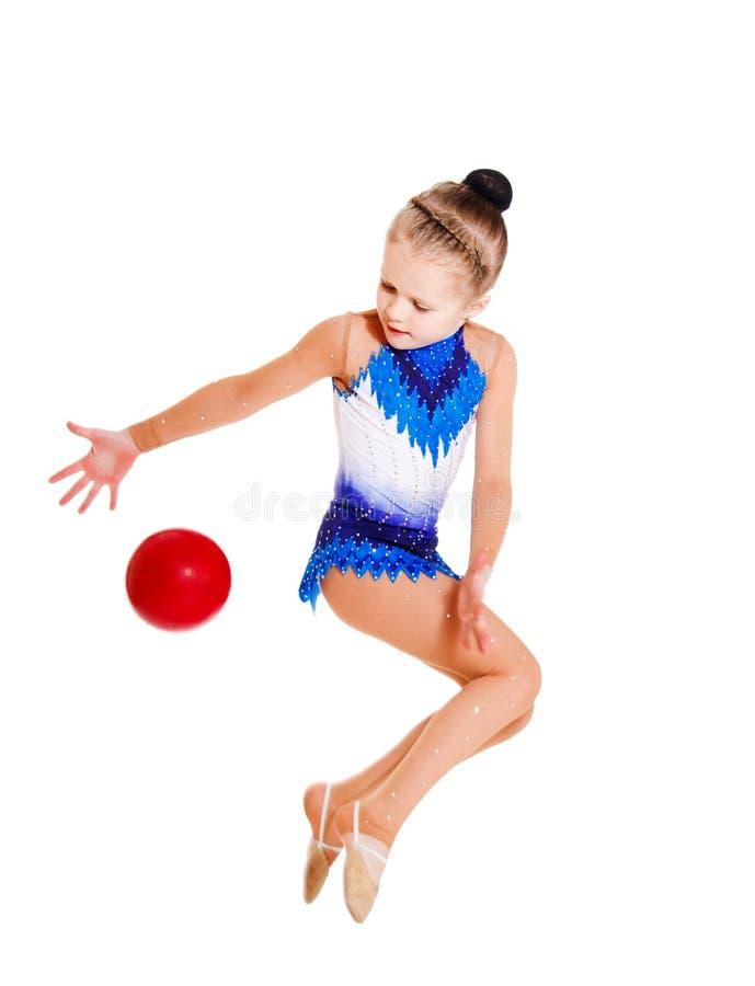 Il Gymnast che salta con una sfera fotografia stock libera da diritti