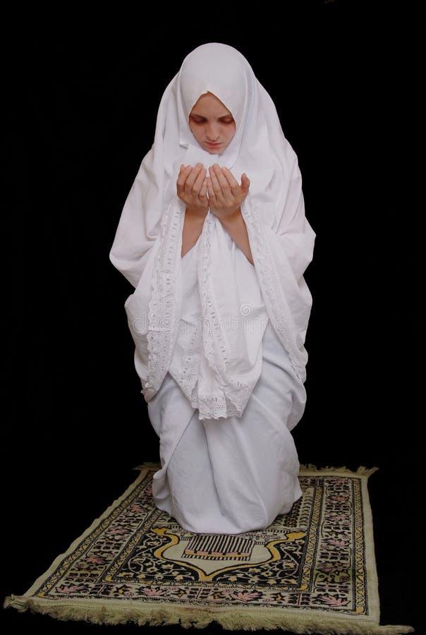 Il hijab da portare della ragazza islamica giovane e prega fotografia stock
