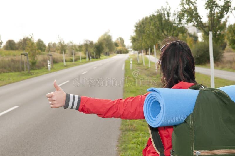 Il Hitchhiker mostra il pollice in su fotografia stock libera da diritti