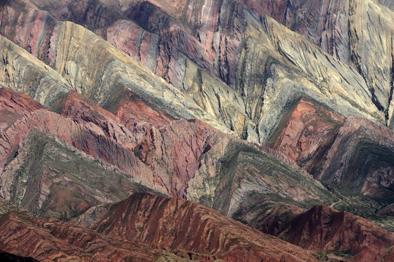 Il Hornocal Humahuaca vicino voluminoso sull'argentina a immagini stock