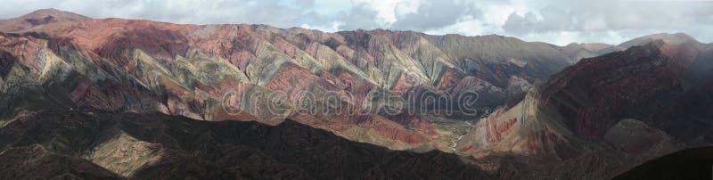 Il Hornocal Humahuaca vicino voluminoso sull'argentina a fotografia stock libera da diritti