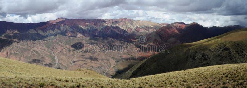 Il Hornocal Humahuaca vicino voluminoso sull'argentina a fotografie stock libere da diritti