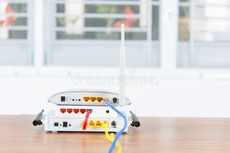 Download Il Hub Senza Fili Della Rete Del Router Del Modem Con Cavo Si Collega Immagine Stock - Immagine di cavo, internet: 55360037