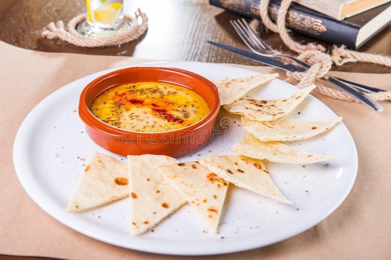 Il hummus del fagiolo bianco è servito con gli interi cracker del grano sul piatto bianco Il pranzo di cerimonia nuziale con la c immagini stock libere da diritti