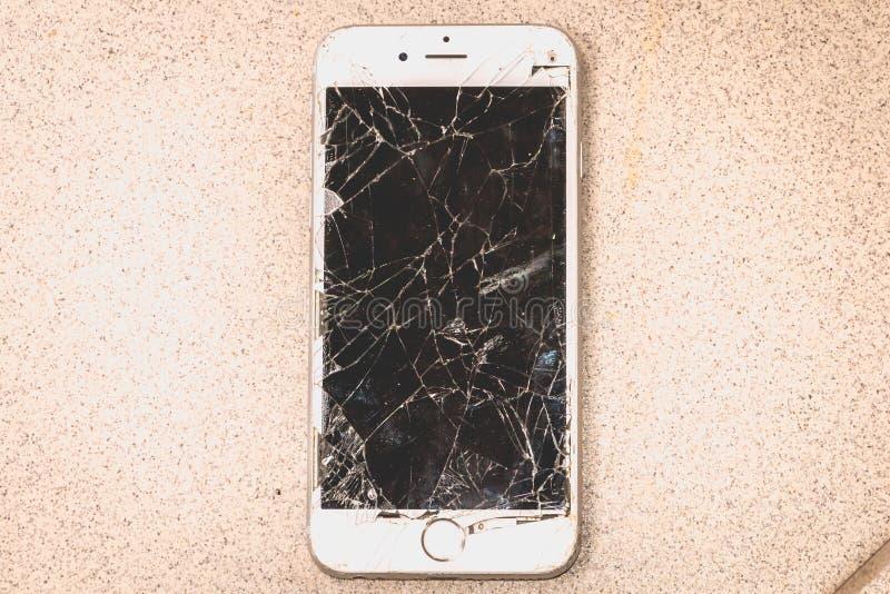 Il iPhone rotto 6S si è sviluppato dalla società Apple inc fotografia stock libera da diritti