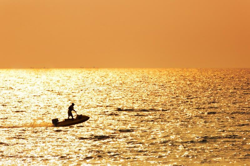 Il jet ski solo dell'azionamento dell'uomo nell'acqua di mare immagine stock libera da diritti