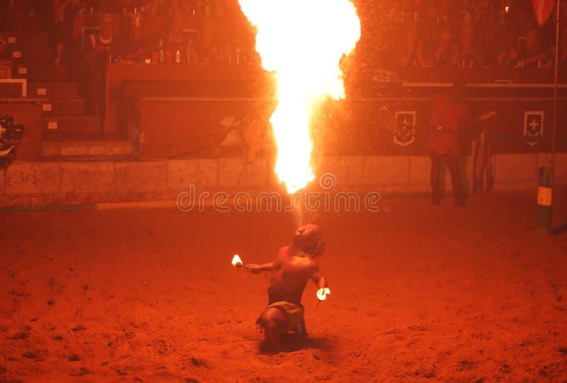Il juggler del fuoco effettua durante l'esposizione medioevale del cavaliere fotografia stock libera da diritti