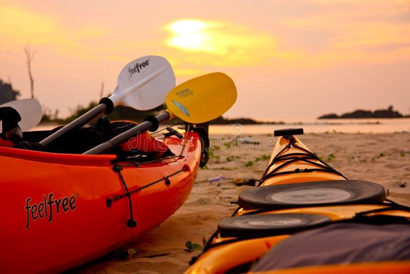 Il kajak variopinto due sta aspettando sulla spiaggia pronta a navigare al mare immagini stock libere da diritti