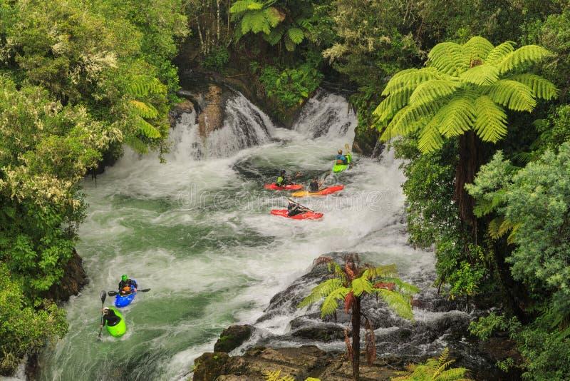 Il kayak dell'acqua bianca in Okere cade, la Nuova Zelanda fotografie stock