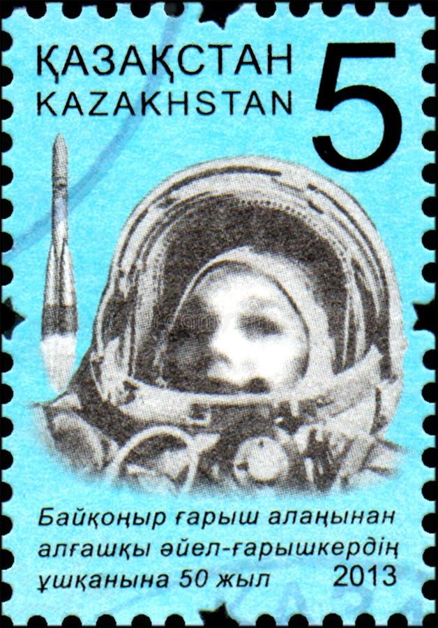 IL KAZAKISTAN - CIRCA 2013: Il bollo ha stampato anniversario votato del Kazakistan nel cinquantesimo del volo nello spazio la pr immagine stock libera da diritti