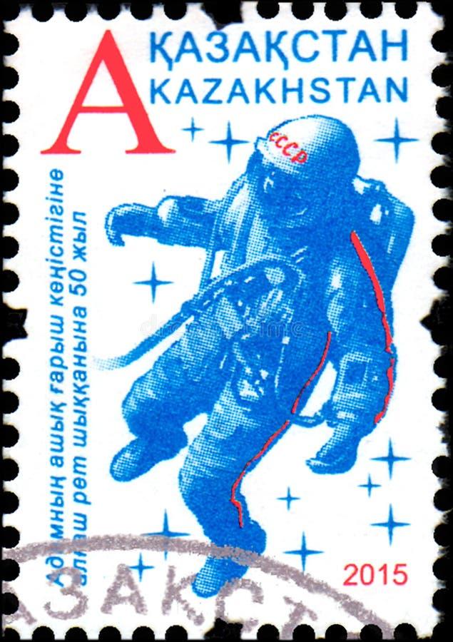 IL KAZAKISTAN - CIRCA 2015: Il bollo ha stampato anniversario votato del Kazakistan nel cinquantesimo il primo spacewalk dell'ess immagine stock libera da diritti