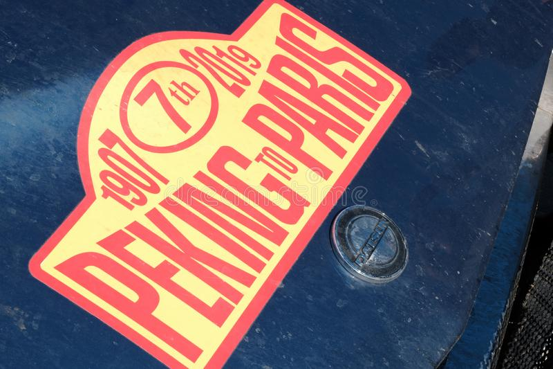 Il Kazakistan, Kostanay, 19-06-19, raduna Pechino a Parigi L'emblema di un'automobile d'annata Datsun Parte anteriore del primo p immagini stock libere da diritti