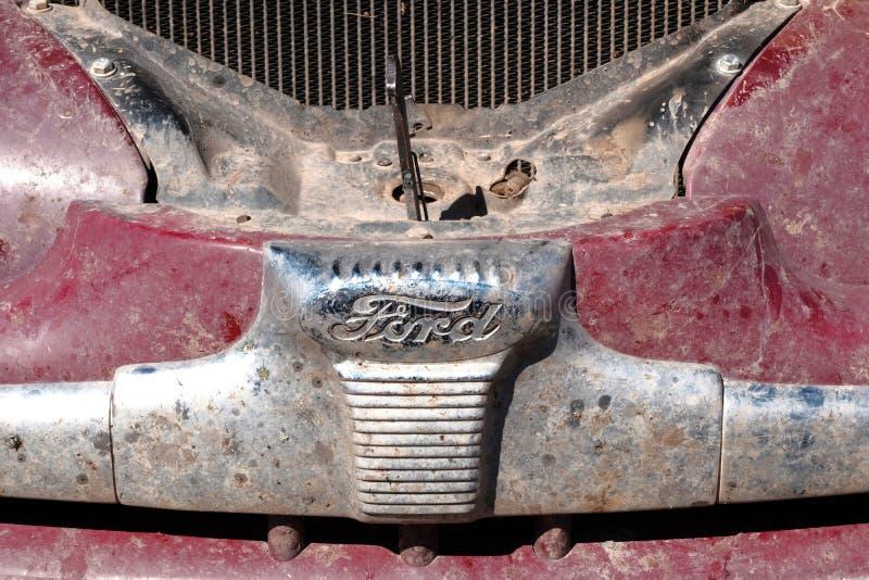 Il Kazakistan, Kostanay, 19-06-19, raduna Pechino a Parigi L'emblema di un'automobile d'annata Ford Retro automobili del cappucci fotografia stock libera da diritti