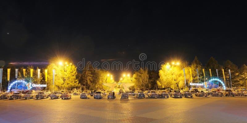 Il Kazakistan, 19-06-19, notte notte Automobili d'annata nella piazza Il nome dell'iscrizione della città: Kostanay Parcheggio re fotografia stock